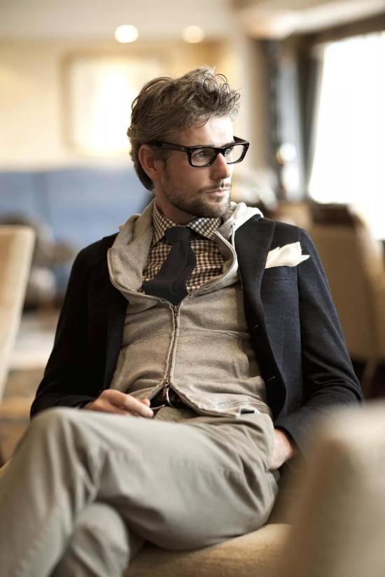 内心骚到极致的正经男人,会在西装外套里套帽衫。
