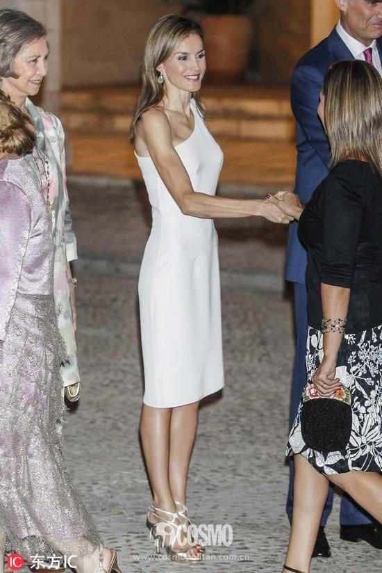 从这张背影照可以看出来王后在保持身材上没下少功夫,背肩肌肉很结实。