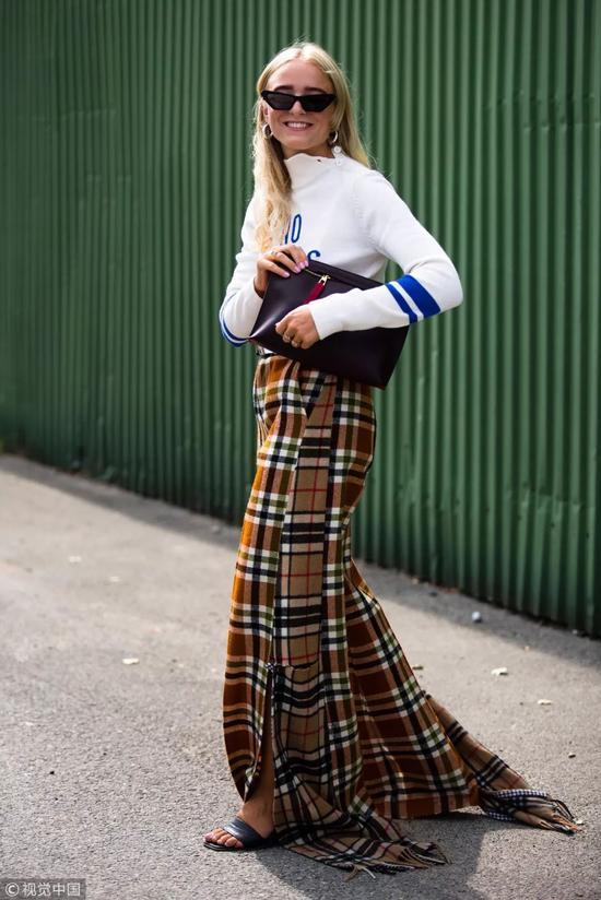 现在的温度对于针织衫御寒保暖的要求没这么高,比起当内搭更适合直接外穿。