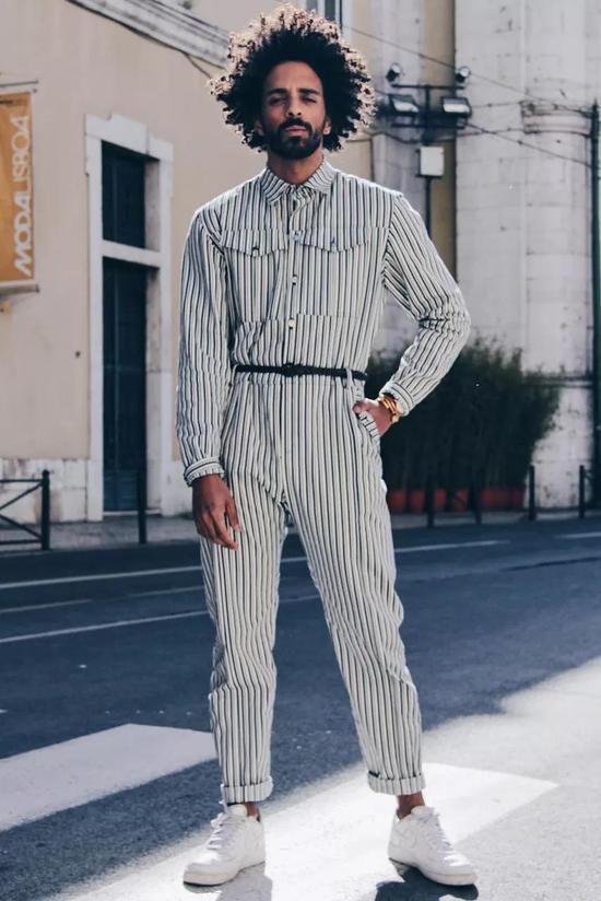 别看连体裤现在穿的人不多,它可拥有上百年历史,一直是显腿长的经典单品。
