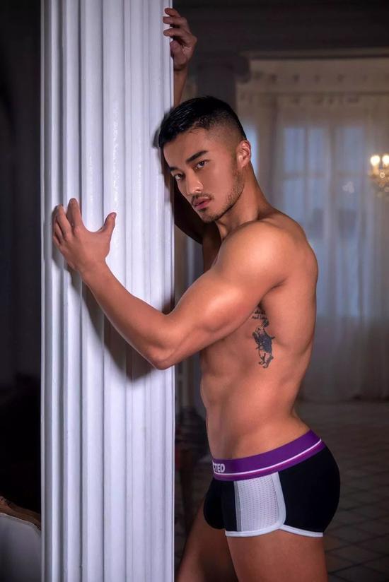 在早些年的时候,他还登过《 Male Model Scene》的杂志封面。