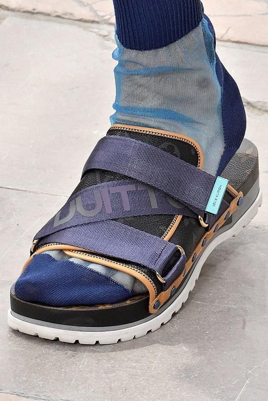 Louis Vuitton 2018春夏系列中凉鞋配袜子的造型