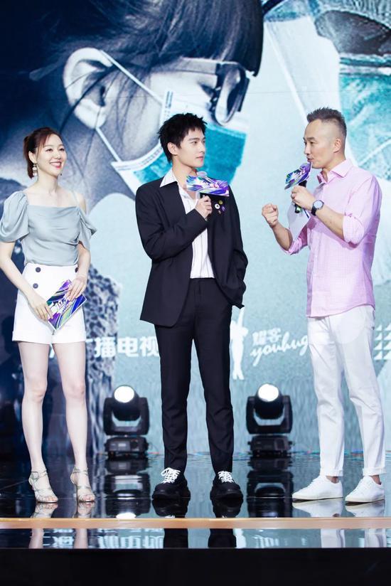 """杨洋蔡徐坤的西装穿搭不仅复古还有点""""花"""""""
