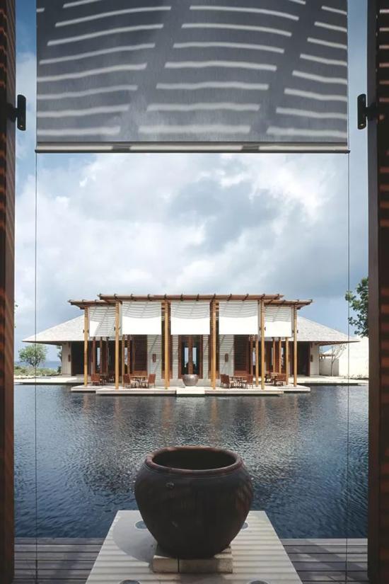 水是Jean-Michel Gathy设计中的重要元素,他认为水象征着流动、音律和光影。