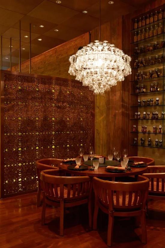Super Potato以设计餐厅和酒吧起家,这处餐厅位于阿布扎比丽思卡尔顿酒店。