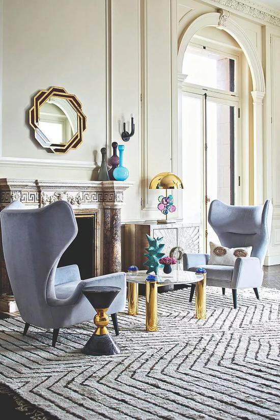 Jonathan Adler 设计的 Globo 系列矮桌和灯,以彩色丙烯为原材料