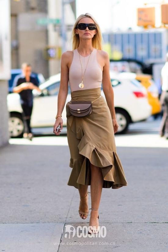 设计出格的不规则裙摆倒是美得很规矩