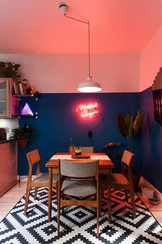 狭长的玄关、楼梯转角、餐厅的墙面都是合适用霓虹灯加强氛围感的地方