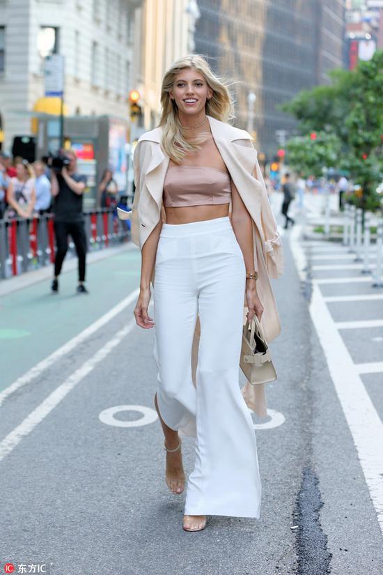 一条白裤子搞定多套造型