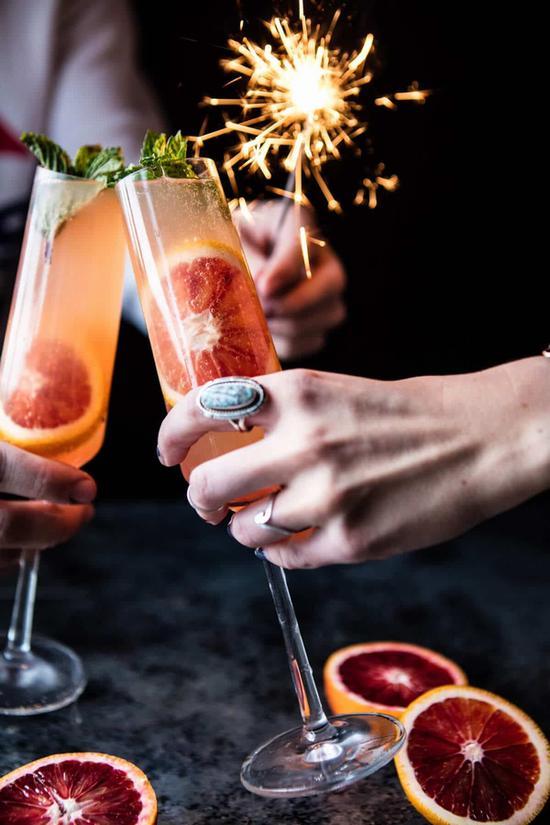 少女就要喝令人微醺的少女酒 图片源自halfbakedharvest