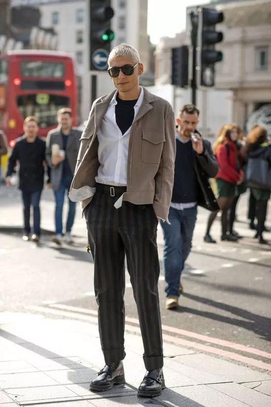 条纹西装配牛仔裤,真的比纯色西装配牛仔要好看多了,也更适合日常穿着。