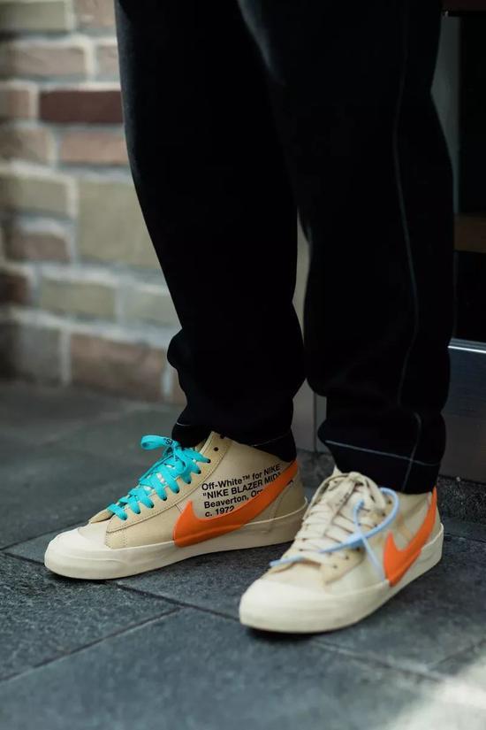 另外在选择用彩色鞋带搭配球鞋时