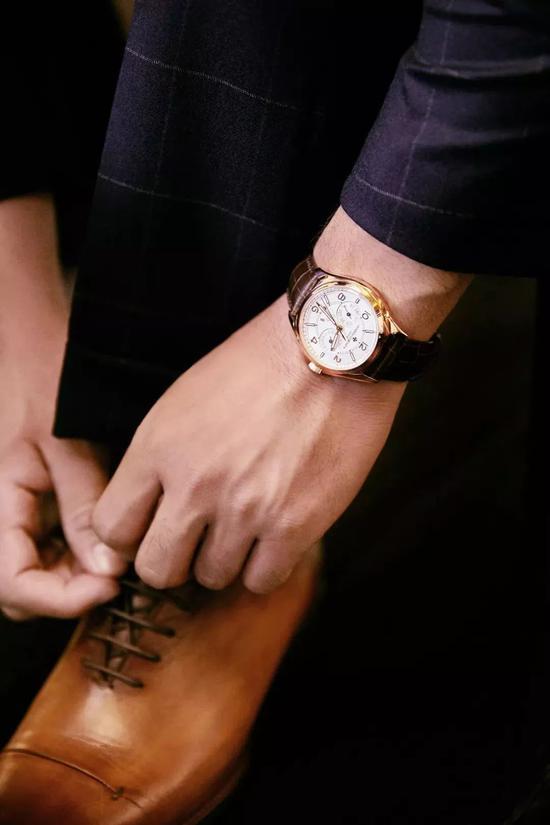 平日里搭配穿着,佩戴上一块合宜的手表同样是一件添加魅力的事情。