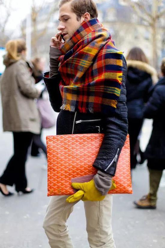 羊绒披肩缠绕在领口,不对称的随意感更有欧式复古格调。