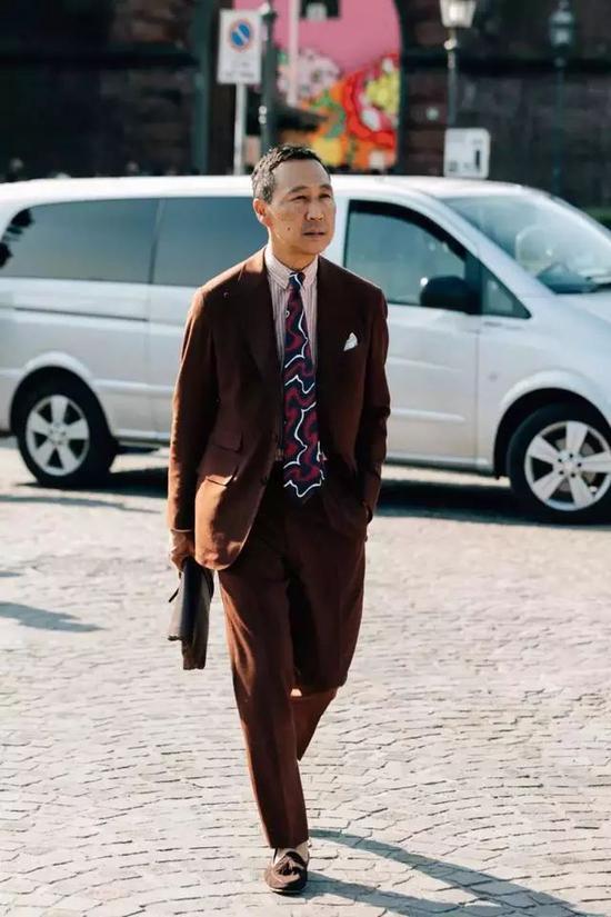 领带上多出来了各种图案,完全可以根据你个人的喜好来选择。