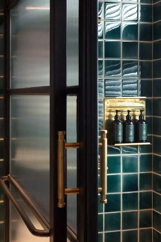 酒瓶绿的瓷砖贴满了浴室,连沐浴用品系列都是同色系,整体统一性很强。