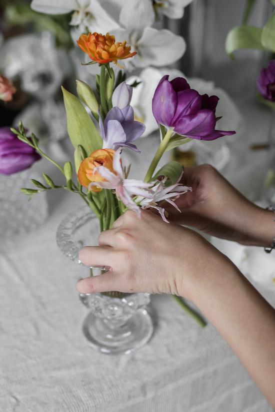 日本花艺师Iris Wu的剑山插花作品 图片源自the femin