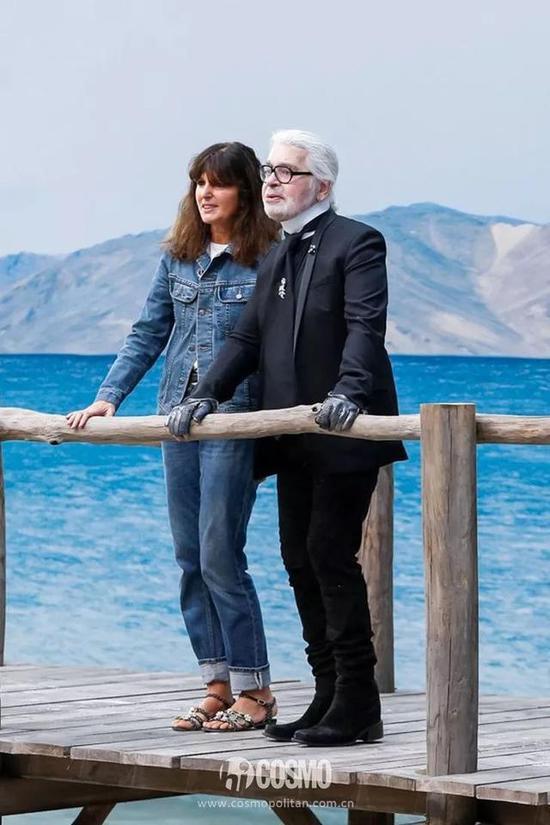 香奈儿创意工作室总监Virginie Virard (左)与Karl Lagerfeld(右)