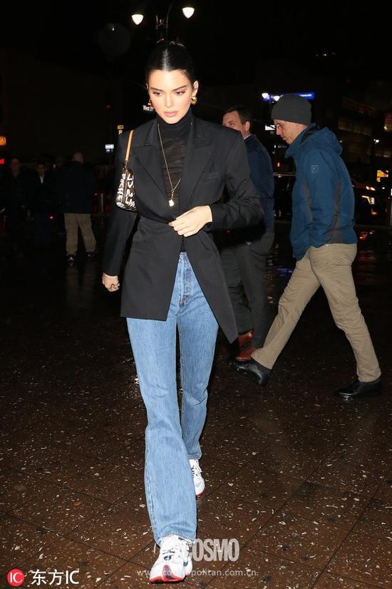 手袋:Louis Vuitton运动鞋:Adidas西装:Dalood