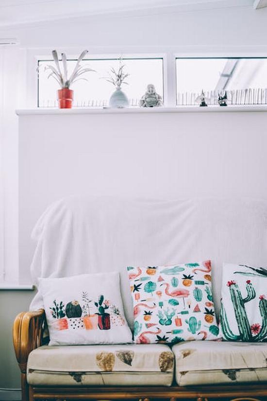 花色沙发 图片源自pexels
