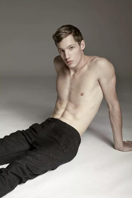Benji Arvay的身材非常好,长得也很高一米八九,是个很好的模特料子!