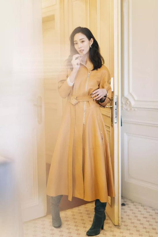 ▲张钧甯的驼色皮质风衣,版型清爽干净,加一条腰带看起来也更加精神。