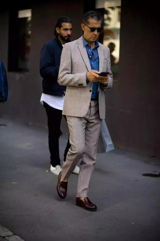 用牛仔衬衫搭配西装来穿不管是在工作场合还是平日里的通勤着装都同样适用。