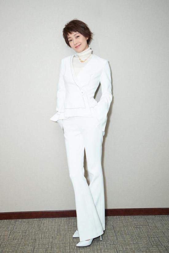 马伊琍又穿上西装,简单的基础款穿出高级感马伊琍西裤