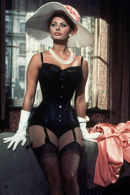 女星Sophia Loren在1960年上映的电影《百万富翁》中的造型 图片来源:Vogue