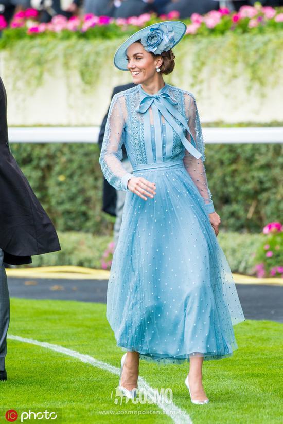 凯特身穿Elie Saab 2019早春度假系列蓝色裙装