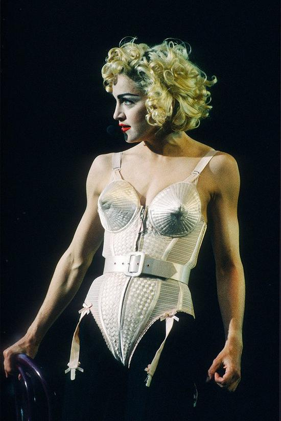 麦当娜在1991年Blonde Ambition演唱会的造型 图片来源:Vogue