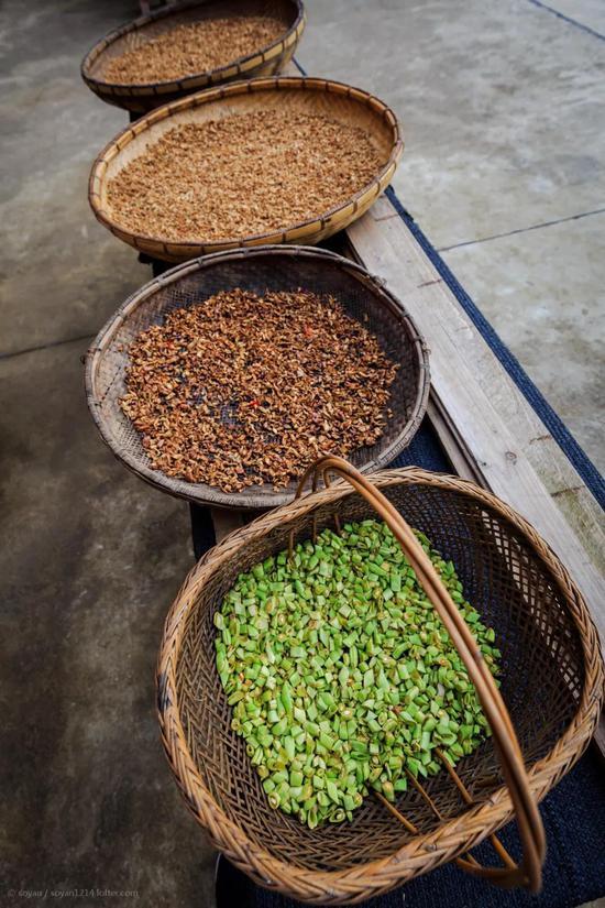正在晾晒准备入坛的蔬菜 / ©欧小阳soyan