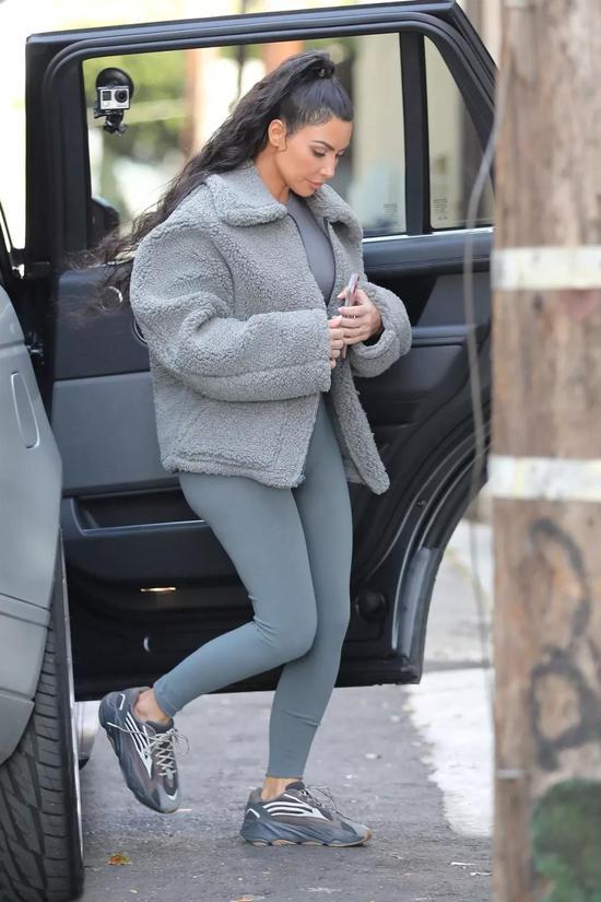 Kim Kardashian 穿着 Yeezy Boost 700