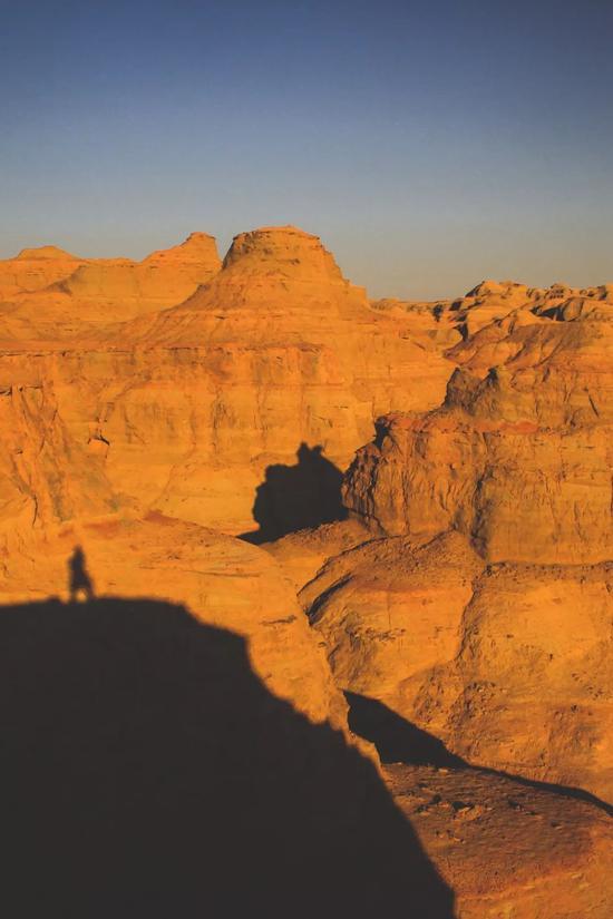 ▲夕阳把自己的身影投射在雅丹的山壁上