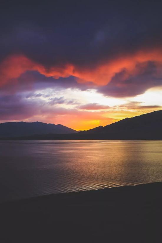▲赛里木湖的日出,魔幻的霞云