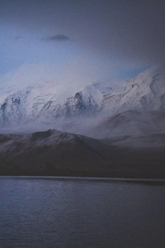 ▲深夜,云雾散去些许,就像昆仑神话悄悄降临