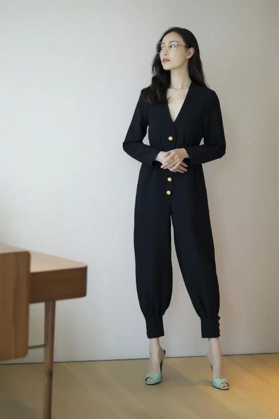 穿上这条连体裤 可能是你离倪妮最近的一次