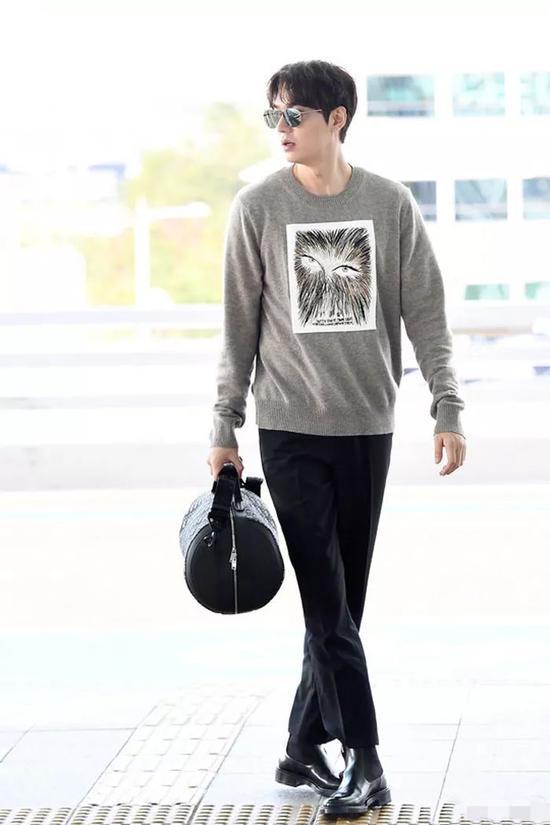 澳门金沙网站官网:李敏镐出道13年颜值回春 夹克搭配黑裤超有型