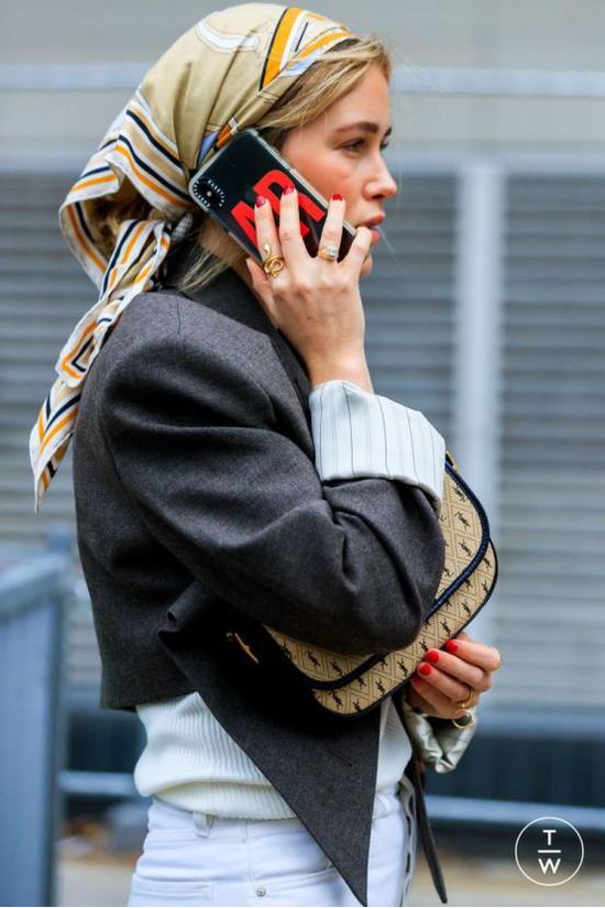 丝巾围巾系法千万种 但这几种却解锁时髦