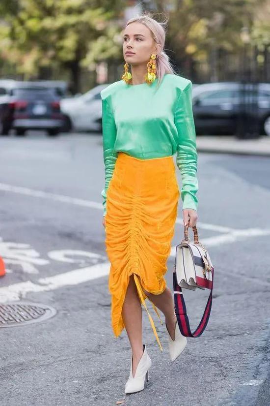 低调百搭的不对称服饰 秋冬这样穿真的美翻了