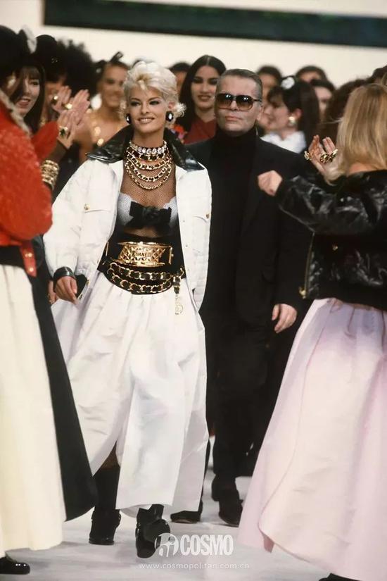 Kylie戴上腰链 我头一次get到她的身材比