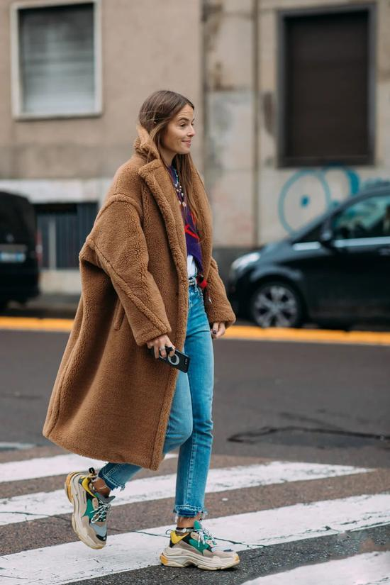 运动鞋才是冬日穿搭的标配 时髦精们都这在穿