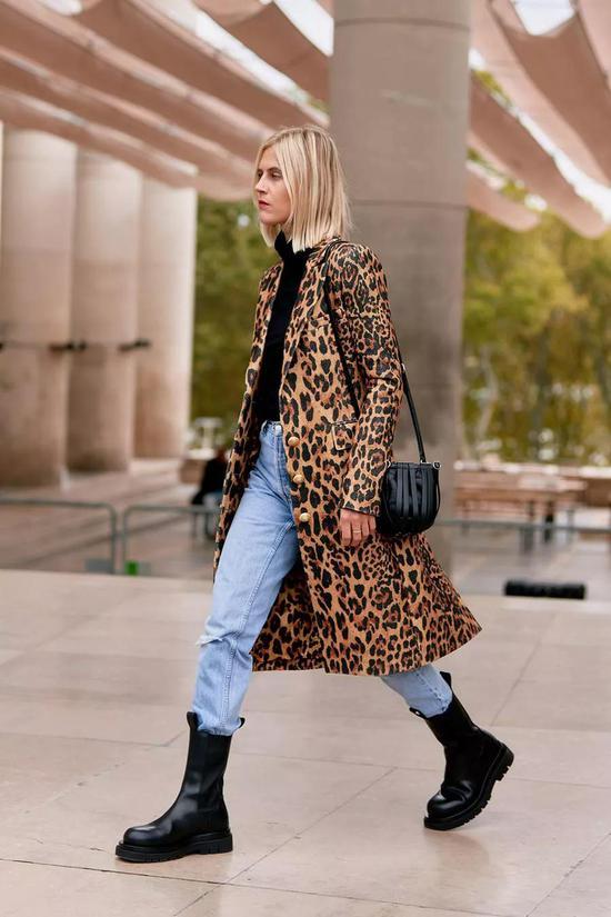 《【杏耀在线登录注册】大衣搭配靴子 怎么一个飒字了得》