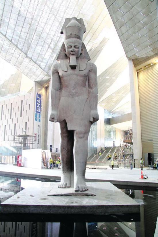 大埃及博物馆的中庭围绕着一尊高11米、重83吨的拉美西斯二世(Ramses the Great)的花岗岩雕像