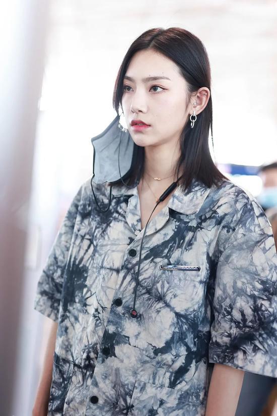 5月7日,曾可妮现身北京机场
