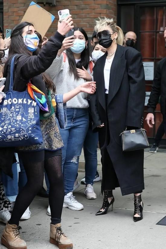 当地时间5月9日,Miley Cyrus离开纽约的酒店