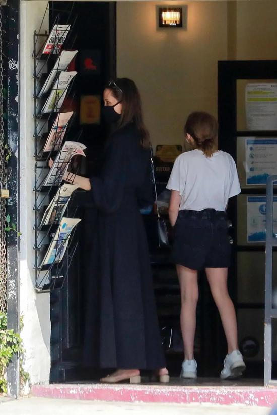 当地时间5月8日,Angelina Jolie和女儿一起购物度过母亲节