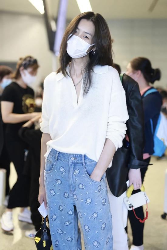 5月13日,刘雯现身机场