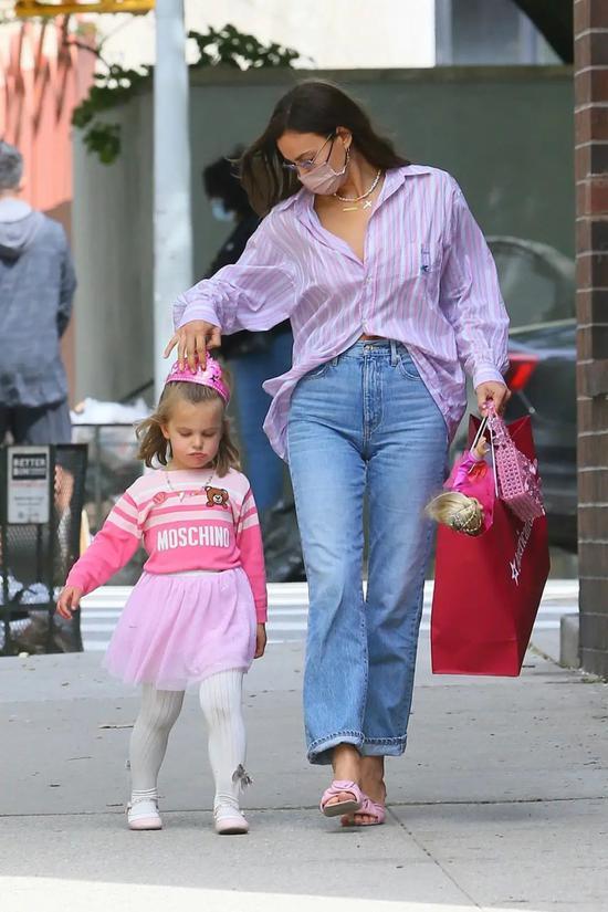 当地时间5月8日,Irina Shayk和女儿在纽约参加生日派对