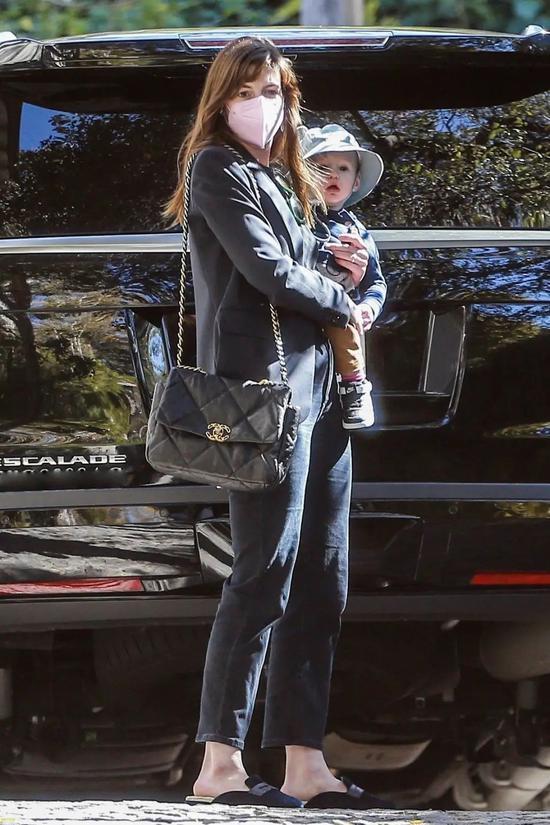 当地时间5月10日,Anne Hathaway和儿子现身洛杉矶